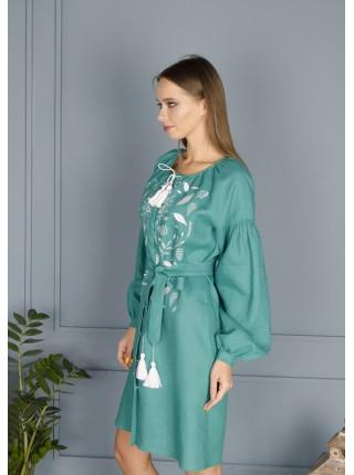Зелена лляна сукня з білою вишивкою