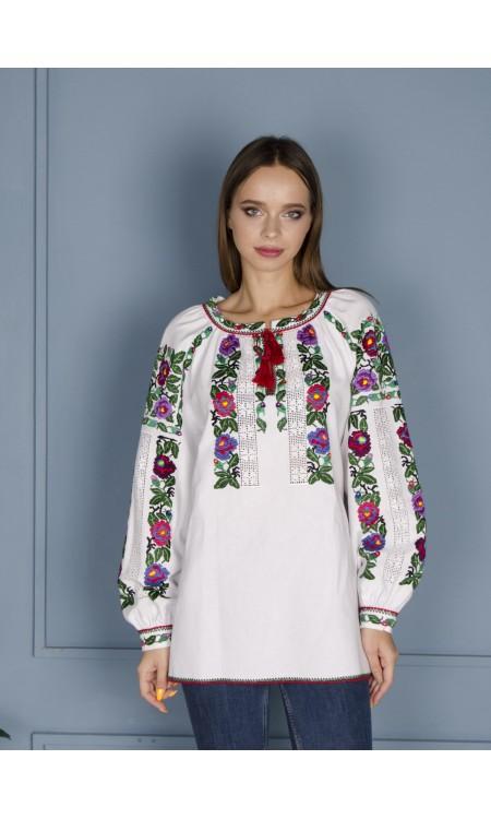 Жіноча вишиванка з яскравими квітами біла