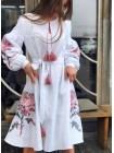 Біла вишита сукня з червоними вишитими квітами